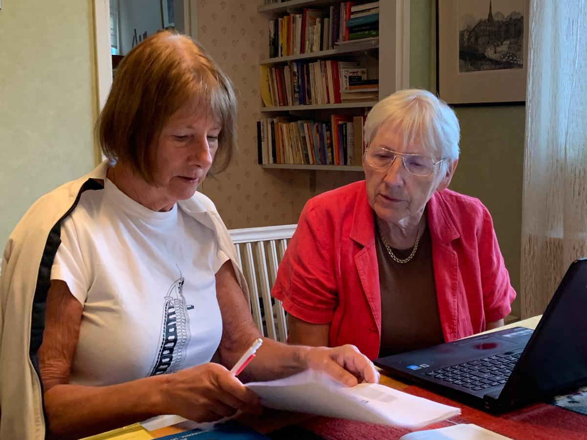 Lilli Assi, ordförande, till höger på bilden och Annika Skogsberg, ansvarig för kommunikation, arbetar fram nya utvecklingsplaner för SPF Seniorerna Sörmland.